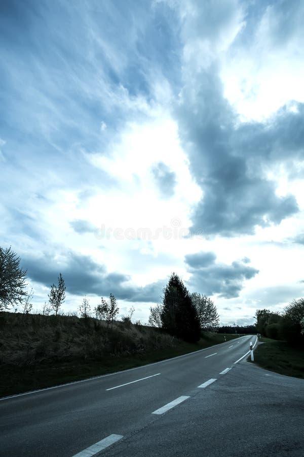 Droga pod dramatycznym niebem fotografia royalty free