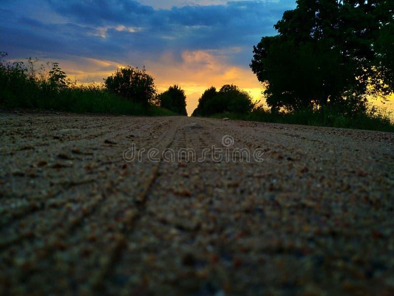 Droga prowadzi jaskrawy niebo zdjęcie stock