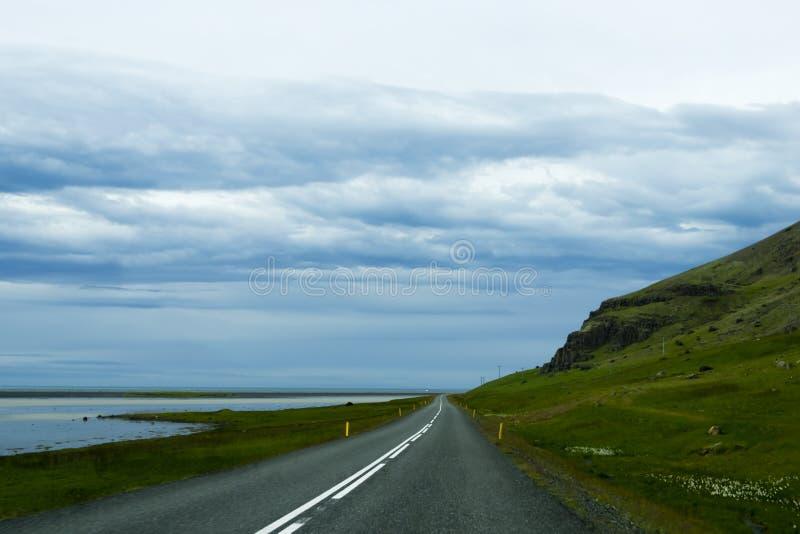 Droga przeciw halnemu tłu, Iceland, chmurna lato pogoda obrazy royalty free