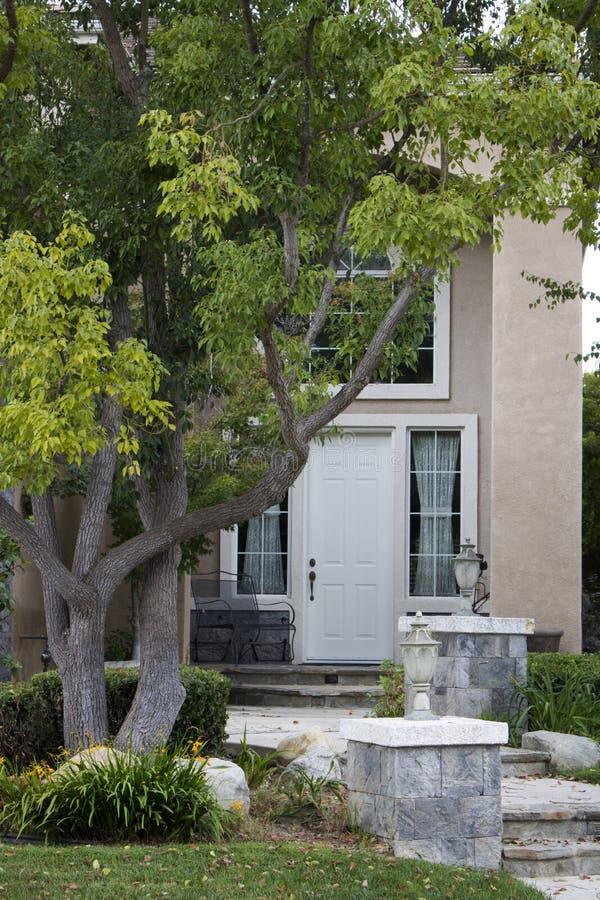 Droga przemian dzwi wejściowy dom z krawężnik prośbą zdjęcia royalty free
