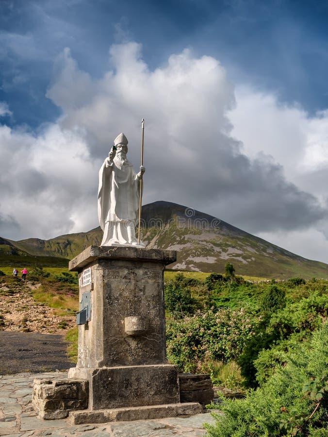 Droga przemian początek z statuą Croagh Patrick w Westport Irlandia obrazy stock