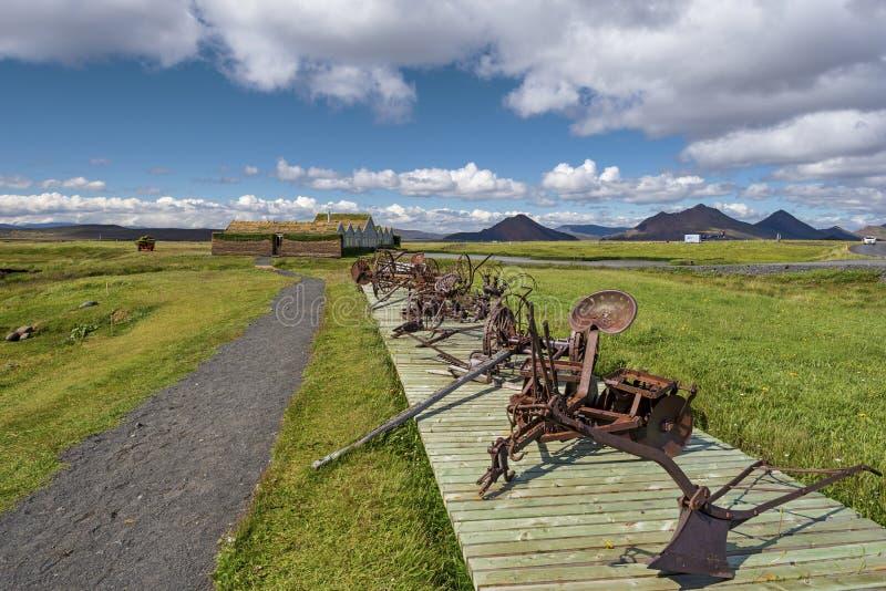 Droga przemian uprawiać ziemię domy w Modrudalur ugodzie Wschodnia wyspa, stary rolniczy wyposażenie dla glebowej kultywacji inst obrazy stock