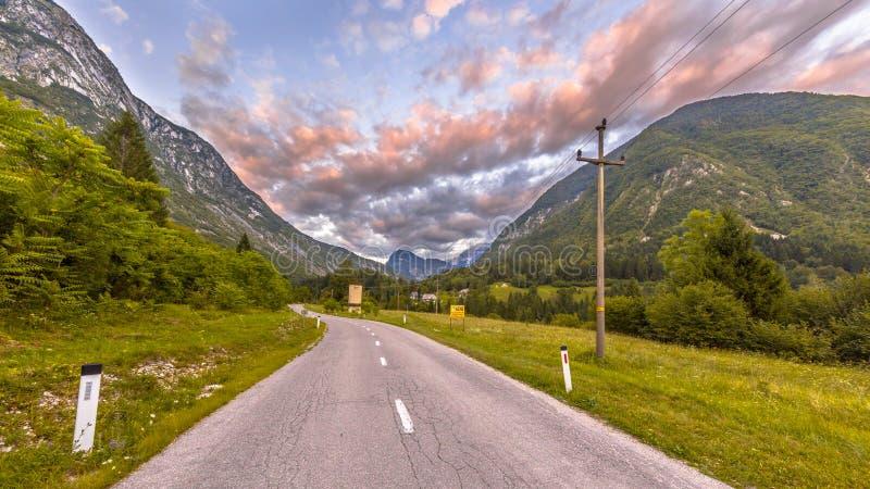 Droga przez góra krajobrazu w Juliańskich Alps zdjęcia stock