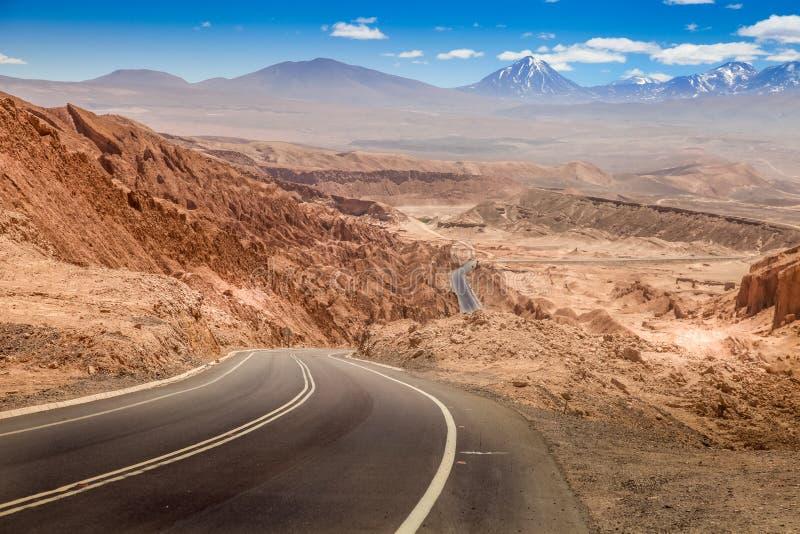 Droga przez Valle de losu angeles Luna, dolina księżyc za zachód od San Pedro, Atacama pustynia, Chile obraz royalty free