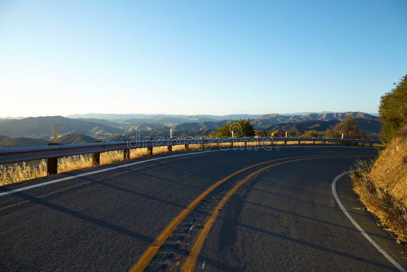 Droga przez wzgórzy w Malibu przy zmierzchem zdjęcia stock