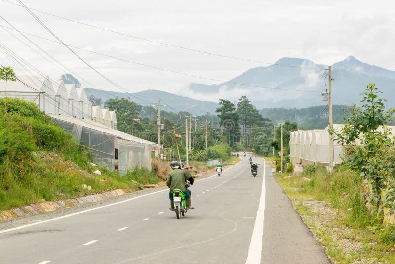 Droga przy Wietnam w górach zbliża Da Lat zdjęcia stock