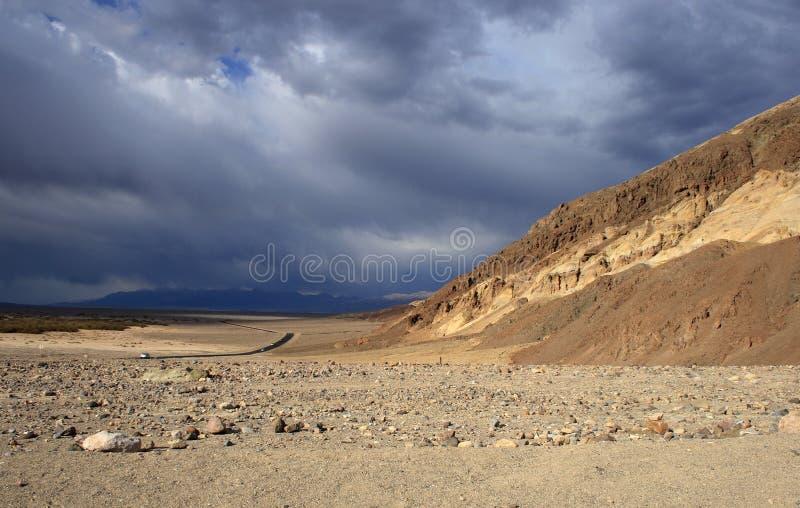 Droga, pustynia i góry w Śmiertelnym Dolinnym parku narodowym, obrazy royalty free