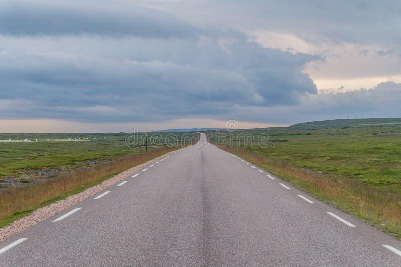 Droga rozciąga w odległość na tle zieleń ja zdjęcia royalty free