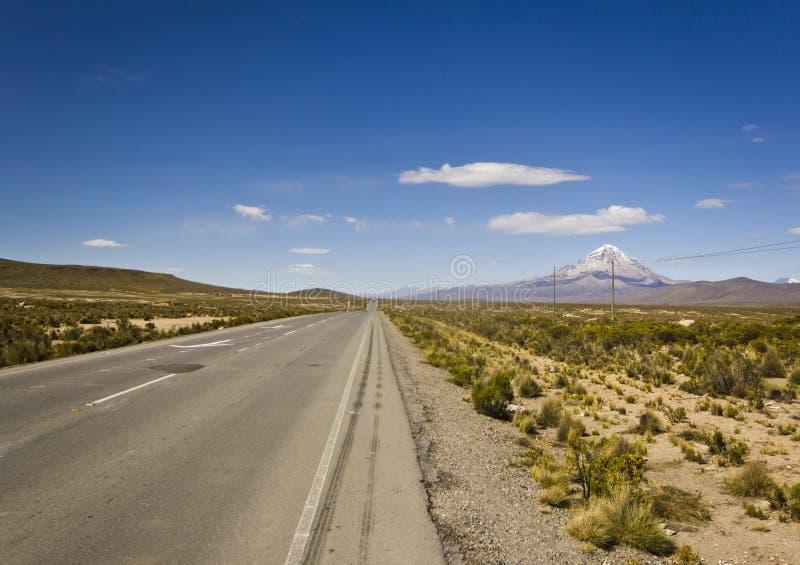 Droga w Bolivia blisko wulkanu Sajama obraz royalty free