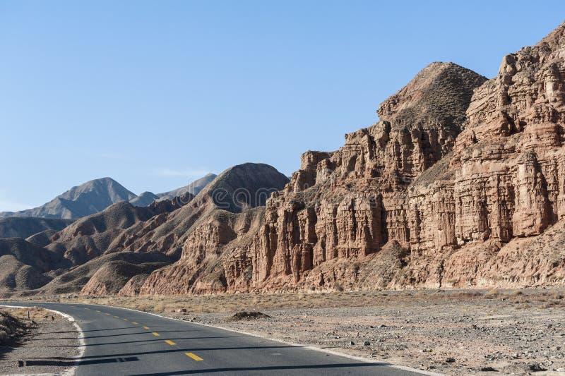 Droga w Danxia landform w Zhangye, Chiny obrazy stock