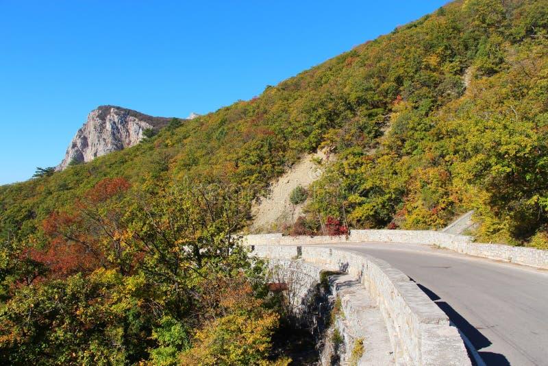Droga w górach w jesieni fotografia stock