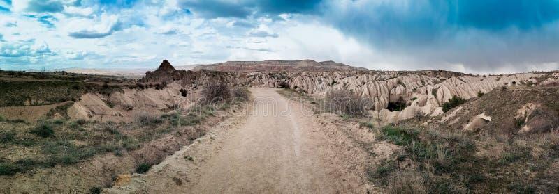 Droga w górach, opuszcza w kierunku horyzontu obrazy stock