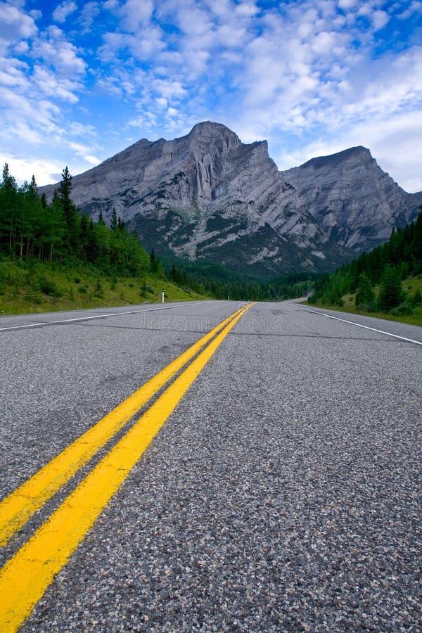 Droga w Kananaskis kraju w Kanadyjskich Skalistych górach zdjęcia royalty free