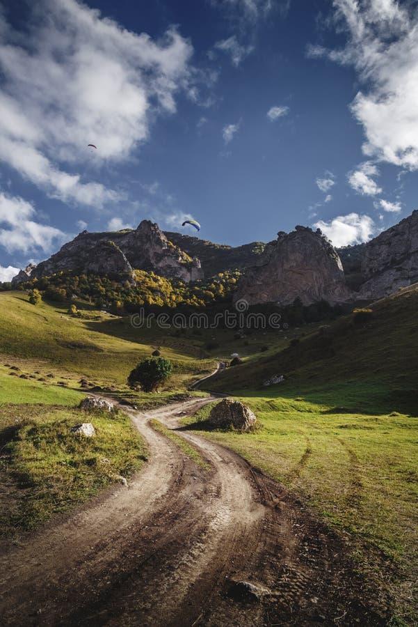 Droga w polu przy zmierzchem obrazy stock