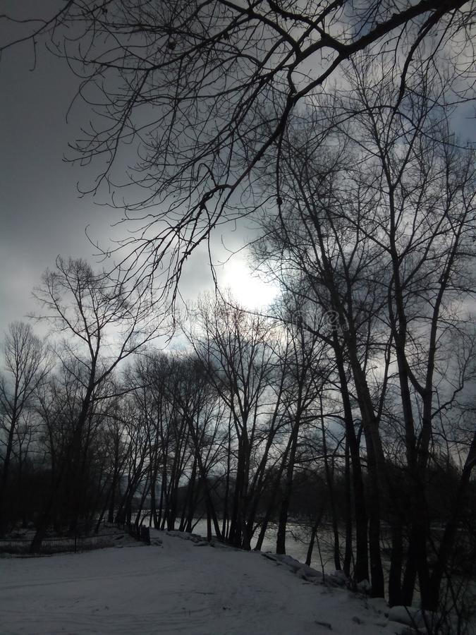Droga w wiosce wzdłuż brzeg z ostatnio spadać śniegiem fotografia royalty free