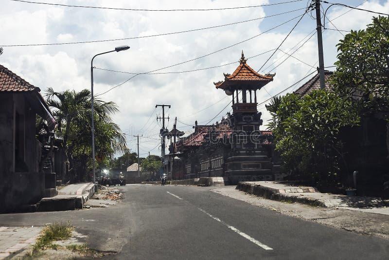 Droga w wiosce z napędowymi samochodami i ludźmi obrazy royalty free