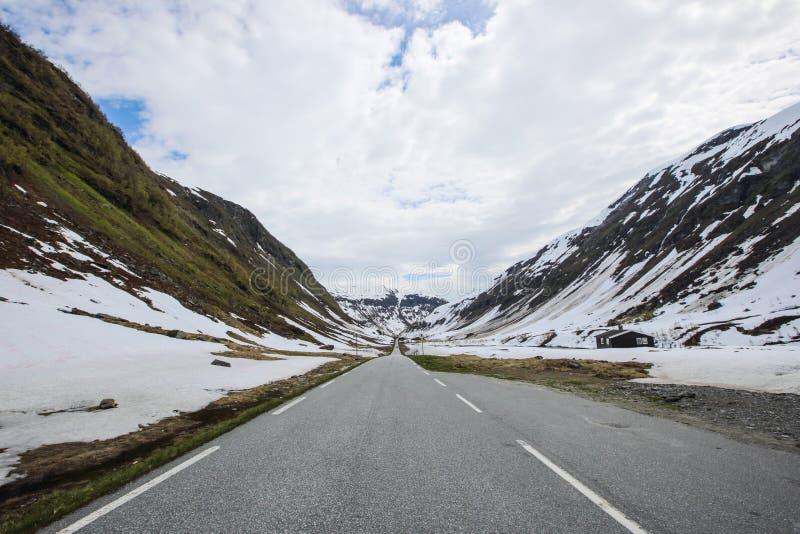Droga w wiosen górach obrazy stock