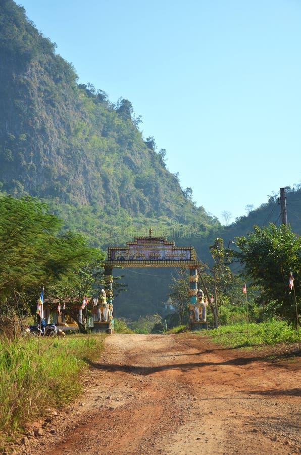 Droga w wsi przy Tai Ta Ya monasterem obraz royalty free