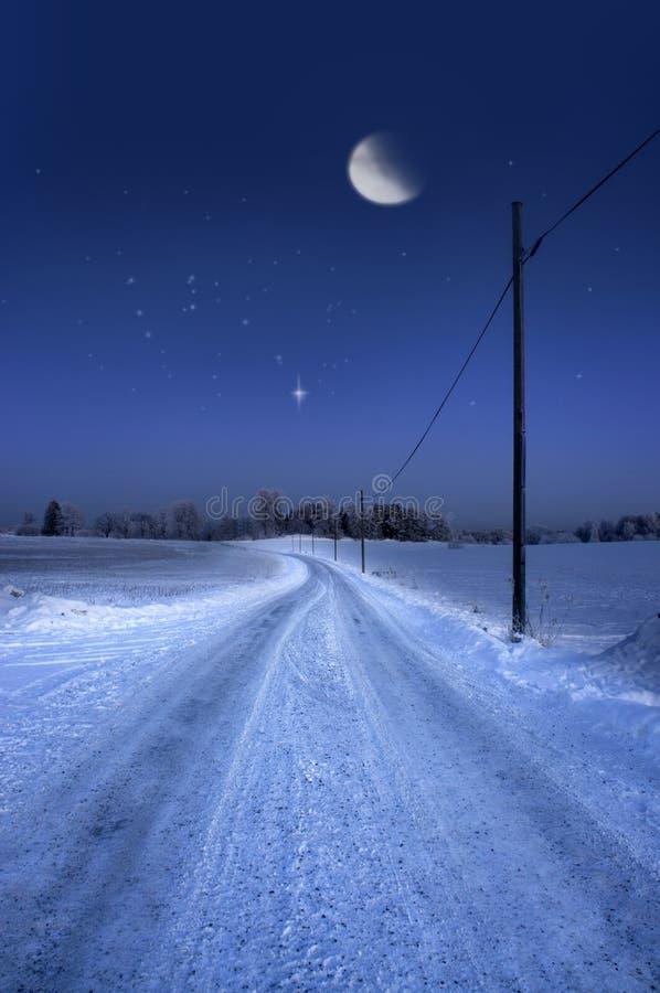 Droga w zima wieczór z księżyc zdjęcie royalty free