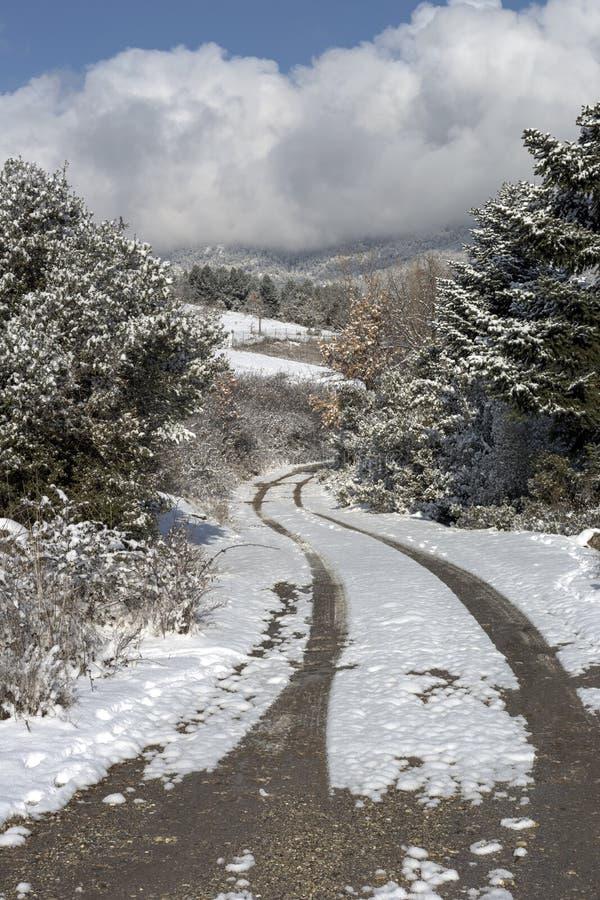 Droga w zimie w górach obrazy stock