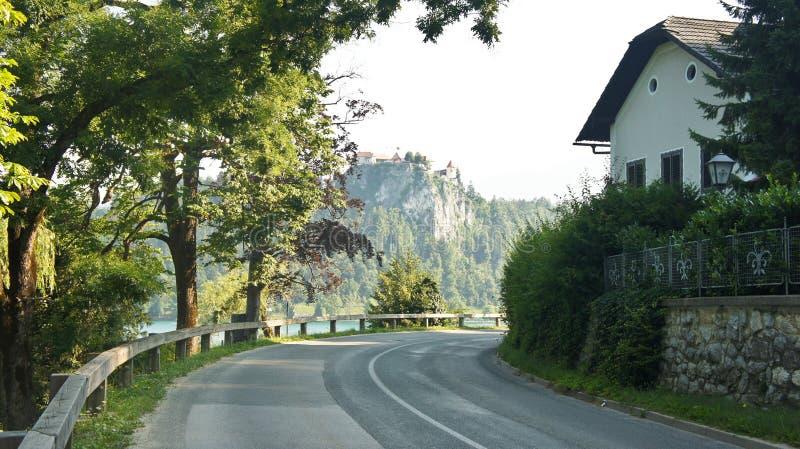 Droga wokoło Krwawiącego jeziora, Juliańskich Alps gór i Krwawiącego kasztelu, słoneczny dzień, Krwawił, Slovenia obrazy stock