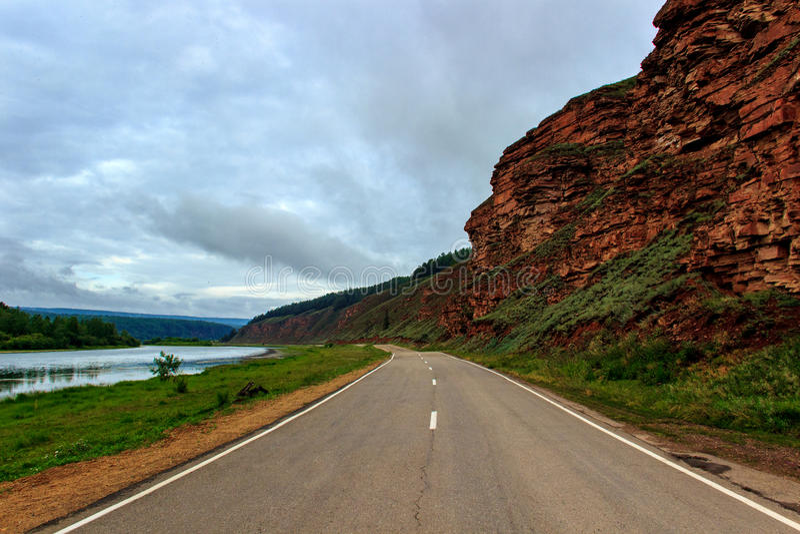 Droga wzdłuż gór i Lena rzeki obrazy stock