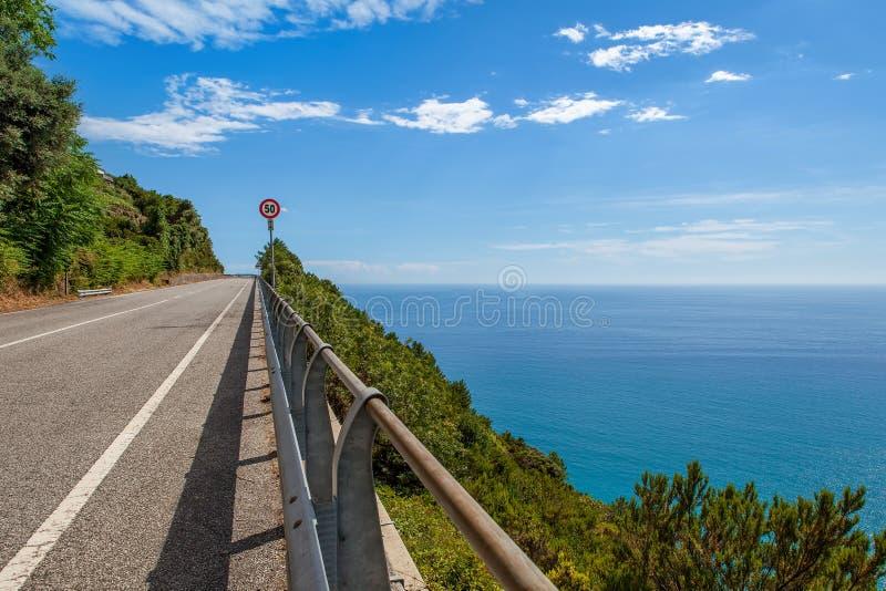 Droga wzdłuż morze śródziemnomorskie linii brzegowej w Włochy. zdjęcia stock