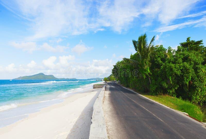 Droga wzdłuż oceanu ` s plaży, Mahe, Seychelles obrazy royalty free