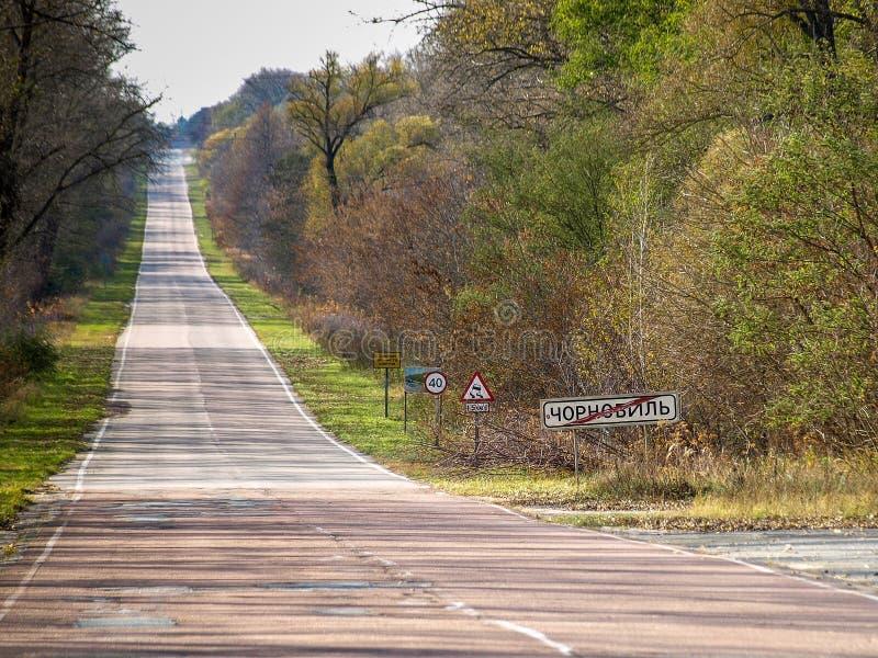 Droga z wyjście znakiem Chernobyl w Ukraina, 2016 zdjęcie stock