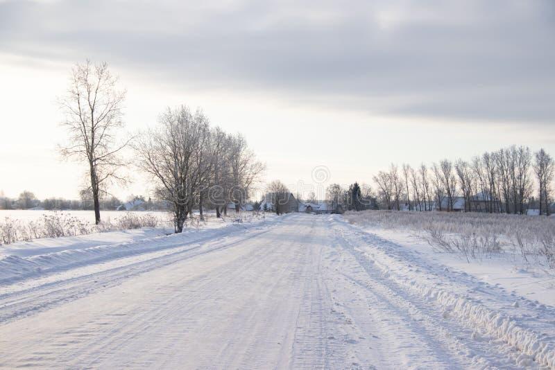 Droga zimowa śnieżna Bajka zimowa Jedź zimową drogą zdjęcia stock
