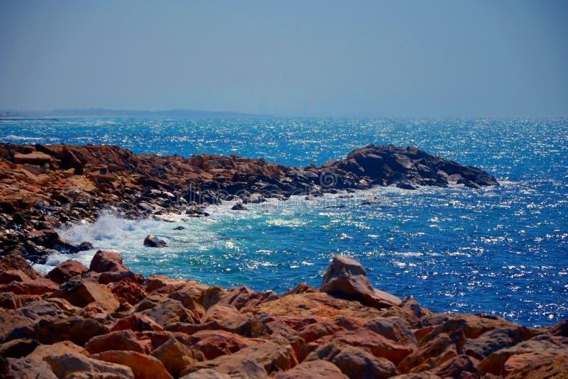 Droga zrobi kamienie, prowadzący morze Fala łamają na skałach dzika osamotniona plaża Morze Śródziemnomorskie w Izrael zdjęcia stock