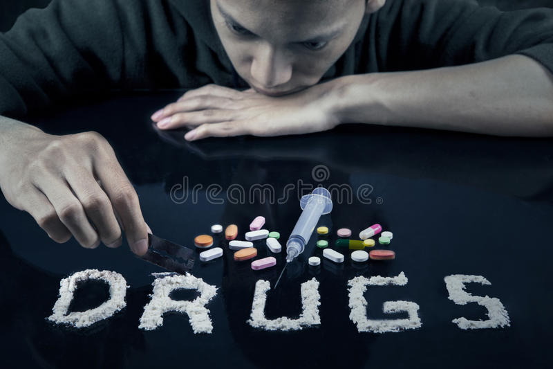 Droganvändare som förbereder droger till använt royaltyfri bild