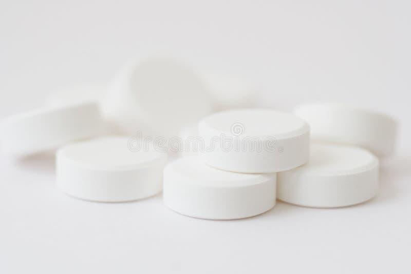 Drogas blancas aisladas sobre el fondo blanco fotografía de archivo