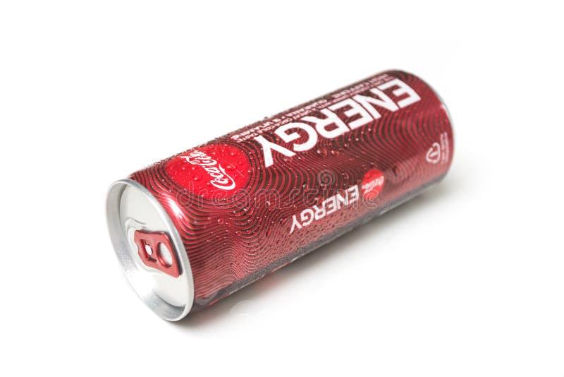 Drogas de agua en la lata de Coca-cola con fondo blanco fotos de archivo