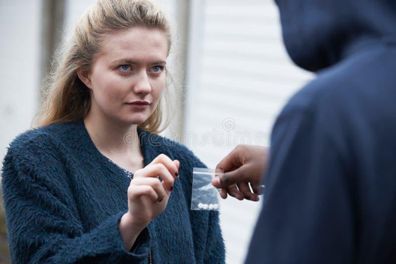 Drogas de compra do adolescente na rua imagem de stock