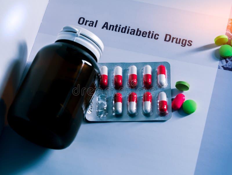 Drogas de la diabetes en paquetes y y botella de la medicina con la etiqueta en blanco puesta en el libro de texto Tabletas verde imágenes de archivo libres de regalías