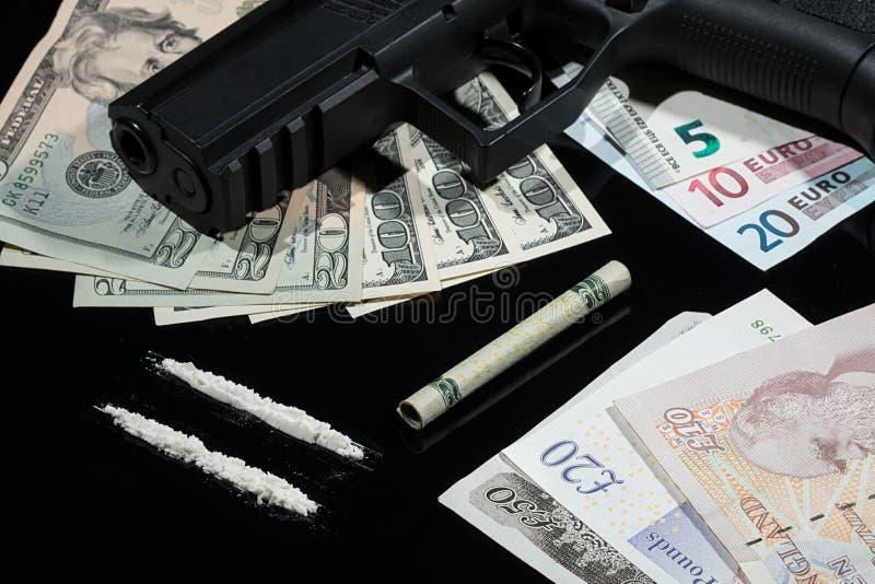Drogas ilegales, dinero y armas fotos de archivo
