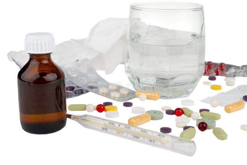 Drogas, termômetro e vidro com aspirina foto de stock