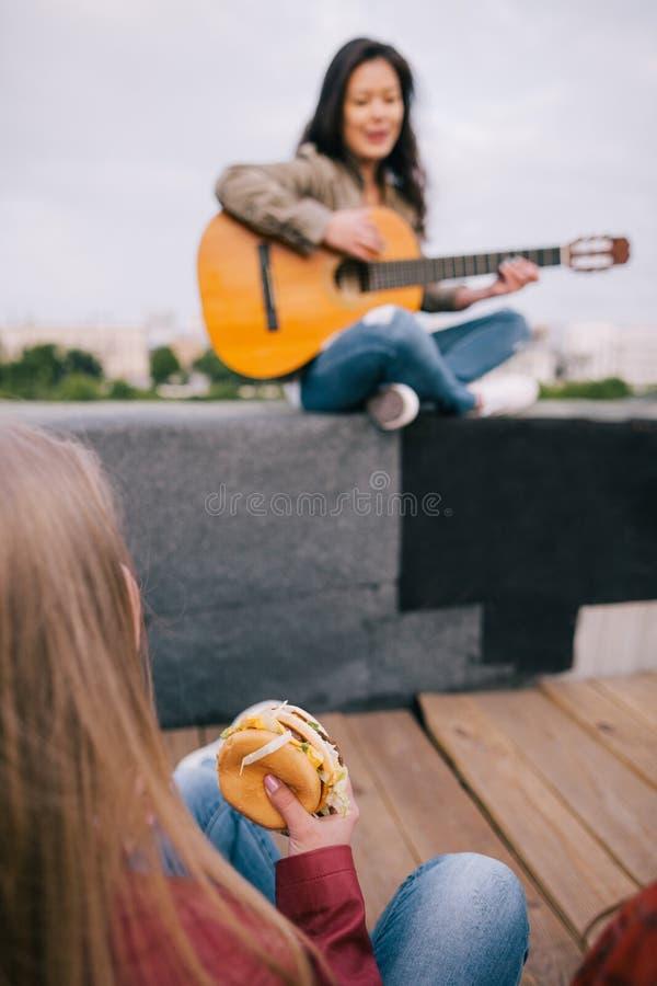 Drogato di musica con alimenti industriali sullo spettacolo dal vivo fotografia stock libera da diritti