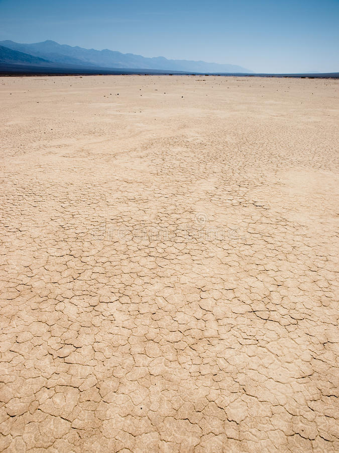 Droge aarde in de woestijn royalty-vrije stock afbeeldingen