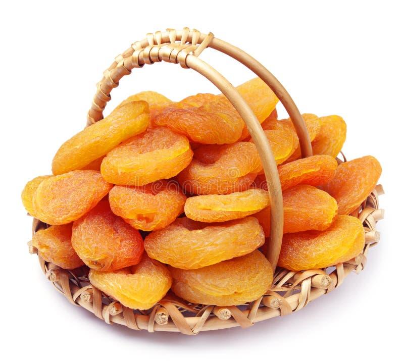 Droge abrikozen in een mand royalty-vrije stock foto's