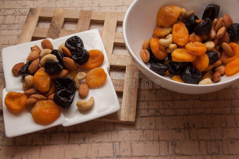 Droge abrikozen en amandelen stock afbeelding