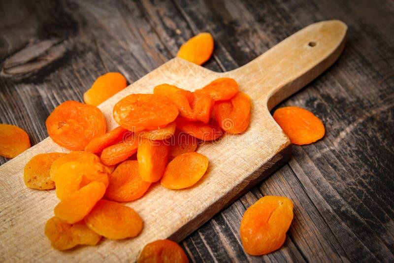 Droge abrikozen en keuken scherpe raad royalty-vrije stock foto