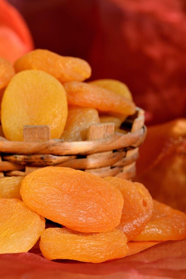 Droge abrikozen in mand stock foto