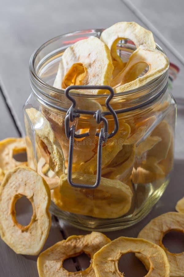 Droge Apple-Ringen in een Kruik stock afbeeldingen