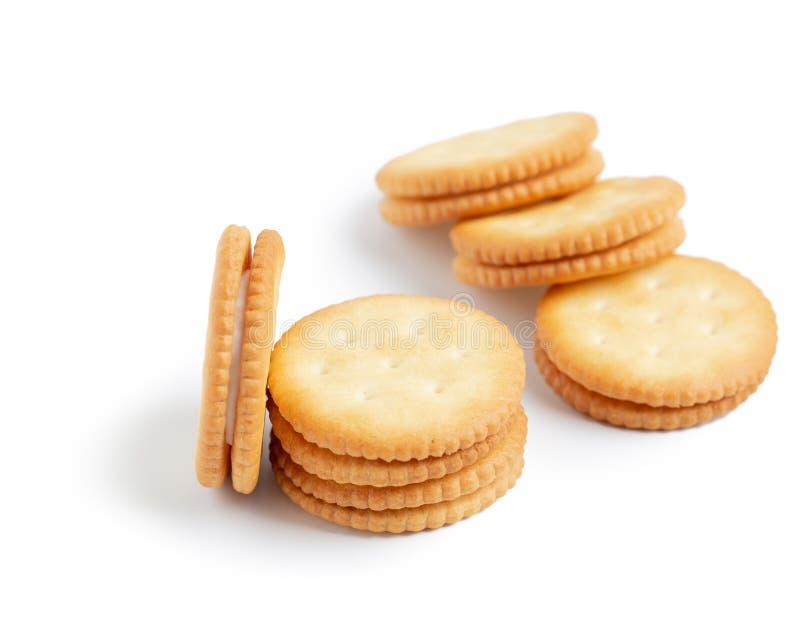 Droge crackerkoekjes die op witte achtergrond worden geïsoleerd stock afbeelding