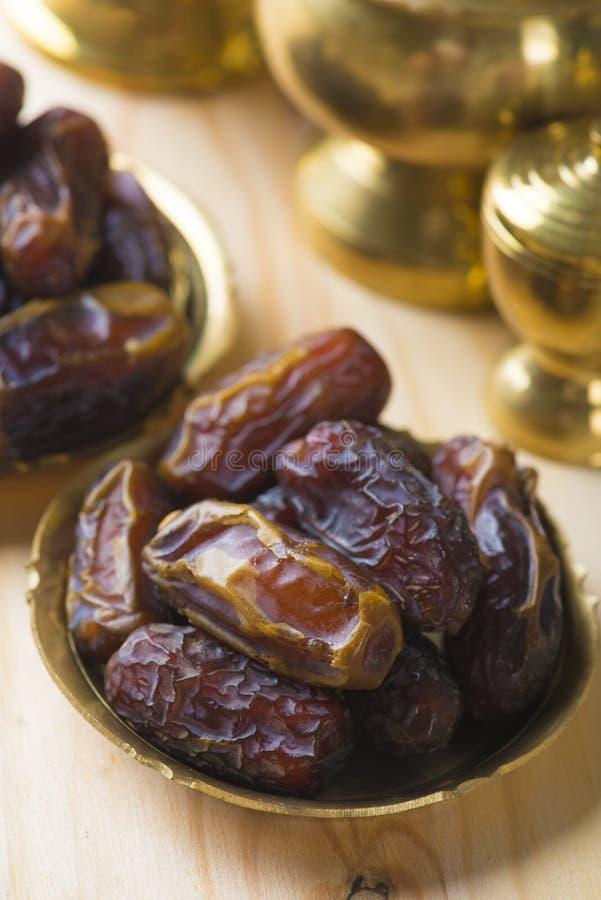 Droge dadelpalmvruchten of kurma, ramadan voedsel dat dat in fas wordt gegeten stock afbeelding