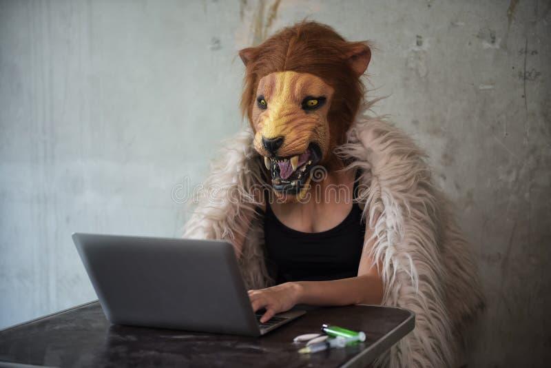 Droge, die über Internet verkauft und handelt stockfoto