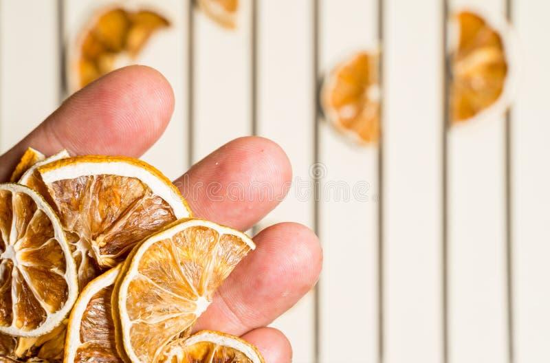 Droge die citroenplak op de witte samen gestapelde lijst wordt geïsoleerd stock foto