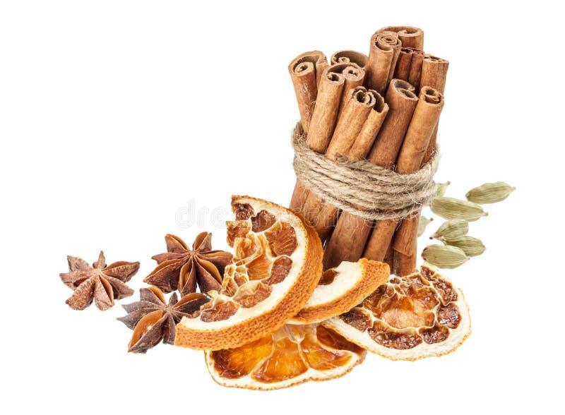 Droge die sinaasappel, anijsplantsterren en pijpjes kaneel op witte achtergrond wordt geïsoleerd royalty-vrije stock foto's